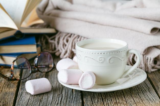 Przytulne śniadanie z ciepłym warkoczem i gorącą herbatą z mlekiem
