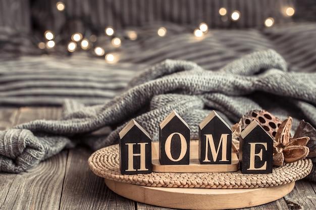 Przytulne tło z drewnianymi literami z napisem home.