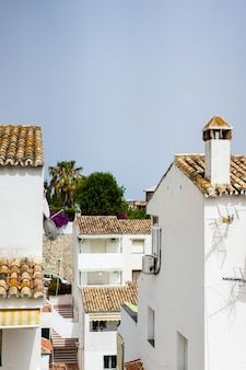 Przytulne uliczki małego miasteczka na południu hiszpanii