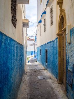 Przytulne uliczki w kolorze niebieskim i białym w słoneczny dzień na starym mieście kasbah of the udayas