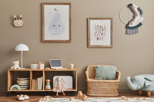 Przytulne wnętrze pokoju dziecięcego z miętowym fotelem, brązową makietową ramą plakatową, zabawkami, pluszowym misiem, pluszowym zwierzątkiem, dekoracją i wiszącymi bawełnianymi kolorowymi kulkami