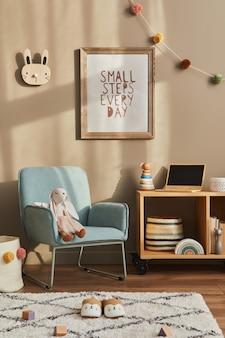 Przytulne wnętrze pokoju dziecięcego z miętowym fotelem, brązową ramą, zabawkami, misiem, pluszowym zwierzakiem, dekoracją i wiszącymi bawełnianymi kolorowymi kulkami. ściana beżowa. ciepła przestrzeń dla dzieci. szablon.