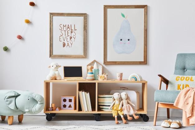 Przytulne wnętrze pokoju dziecięcego z miętowym fotelem, brązową ramą, zabawkami, pluszowym misiem, lalkami, pluszowym zwierzakiem, dekoracją. biała ściana. ciepła przestrzeń dla dzieci.