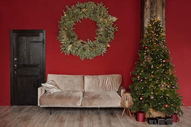 Przytulne wnętrze salonu z zabytkową drewnianą kanapą z drzwiami ozdobioną choinką i gigantycznym chrys...