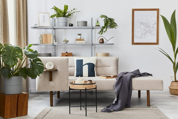 Przytulne wnętrze ze stylową sofą, designerskim stolikiem kawowym, regałem, roślinami, dywanami, dekoracjami, mapą plakatową i eleganckimi akcesoriami osobistymi