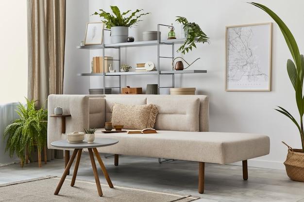 Przytulne wnętrze ze stylową sofą, designerskim stolikiem kawowym, regałem, roślinami, dywanem, dekoracją, mapą i eleganckimi akcesoriami osobistymi. neutralny salon w klasycznym domu..