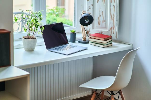Przytulne wygodne i przytulne miejsce pracy przy oknie w białym wnętrzu