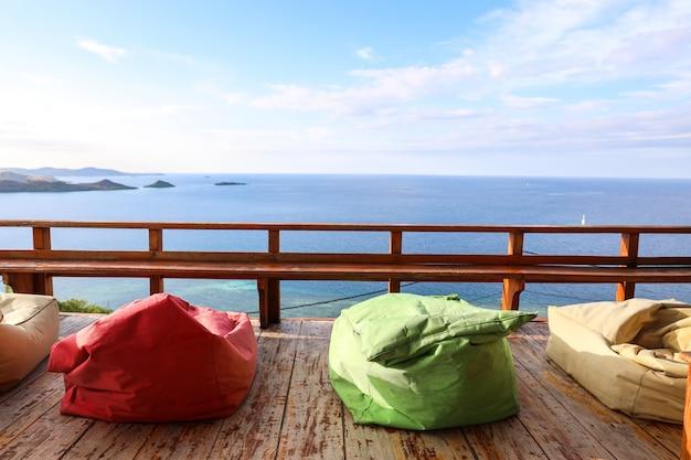 Przytulny balkon z kolorową torebką fasoli i widokiem na ocean