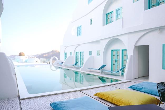 Przytulny basen z relaksującym krzesłem i kolorową pufą