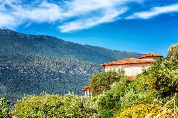 Przytulny ceglany dom w górach. jasny, słoneczny dzień. piękny krajobraz.