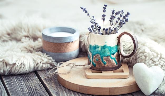 Przytulny domowy skład na drewnianym stole