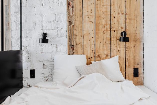 Przytulny drewniany minimalistyczny wystrój pokoju