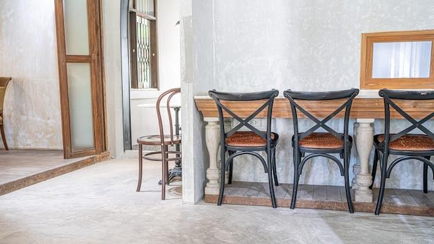 Przytulny drewniany stół i krzesła