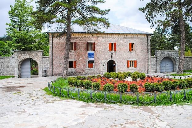 Przytulny dziedziniec przy domu cetinje. czarnogóra.