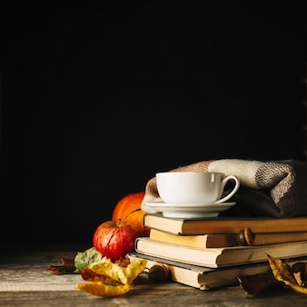 Przytulny jesienny skład z książkami