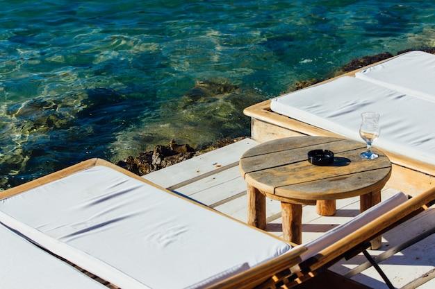 Przytulny kącik nad brzegiem morza idealny do wypoczynku w środku dnia