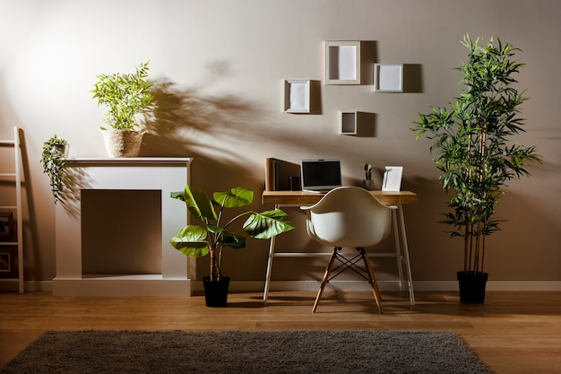Przytulny pokój z drewnianym biurkiem i laptopem