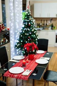 Przytulny pokój ze stołem na nowy rok