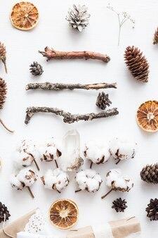 Przytulny rocznik stonowanych ferii zimowych skład bożonarodzeniowy na białym tle drewnianych. stylizowana fotografia do wpisów na blogu.