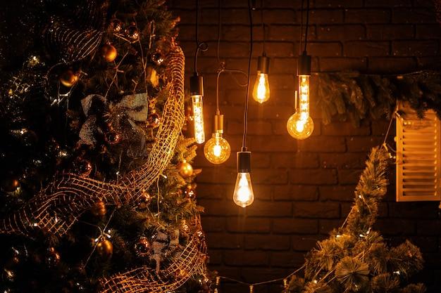 Przytulny salon ozdobiony jest licznymi lampkami w stylu vintage z okazji nowego roku