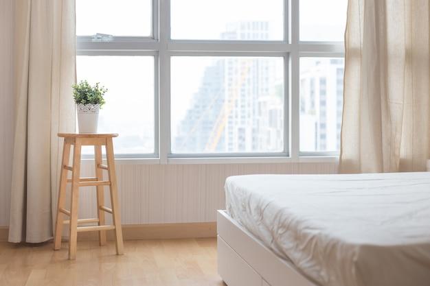 Przytulny salon w mieszkaniu z rośliną w doniczce w pobliżu dużego okna