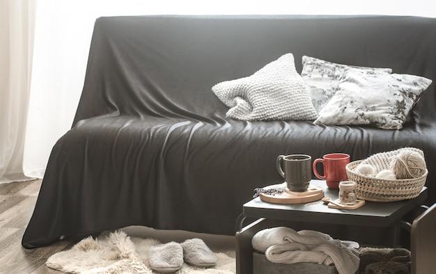 Przytulny salon wnętrza domu z czarną sofą