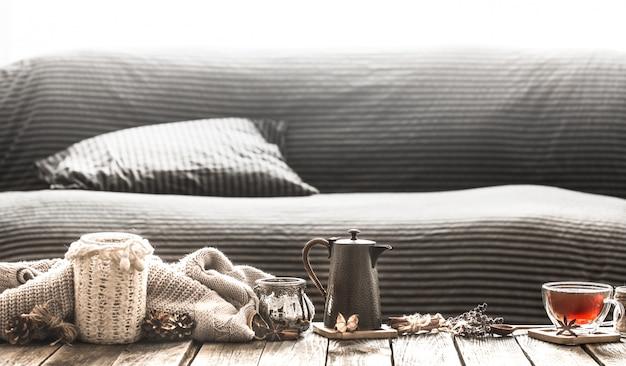 Przytulny salon z herbatą na stole