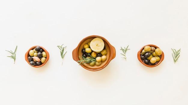 Przytulny układ talerzy oliwnych