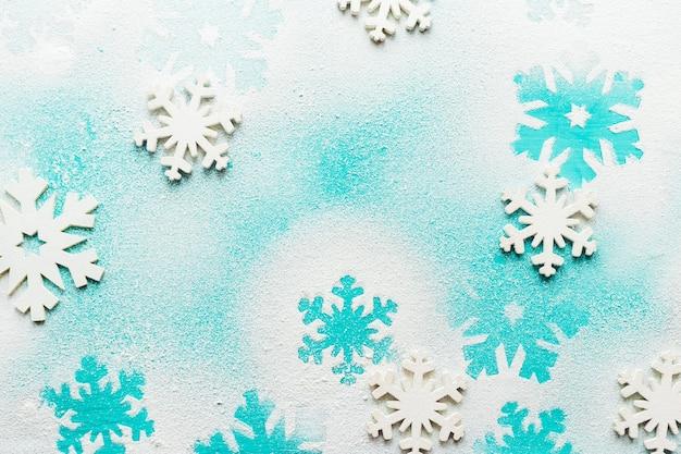 Przytulny vintage stonowanych ferii zimowych boże narodzenie skład z pudełka na prezenty i kulki, szyszki sosnowe drewniane tła. stylizowana fotografia do wpisów na blogu.