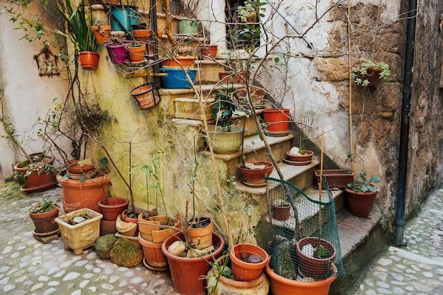 Przytulny włoski dziedziniec ze schodami i roślinnością.