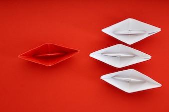 Przywództwo pojęcie z czerwonym papierowym statkiem