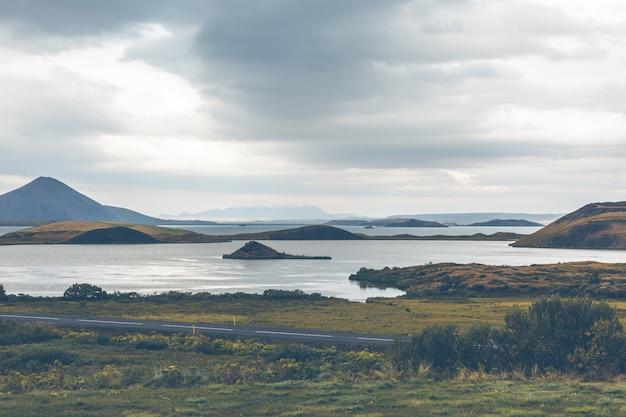 Pseudokraters skutustadagigar w pobliżu wioski skutustadir na jeziorze myvatn, islandia