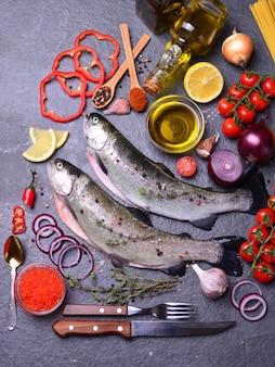 Pstrąg rybny z przyprawami i cytryną, czerwony kawior