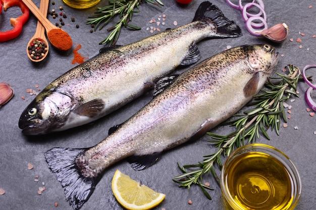 Pstrąg rybny z przyprawami i cytryną