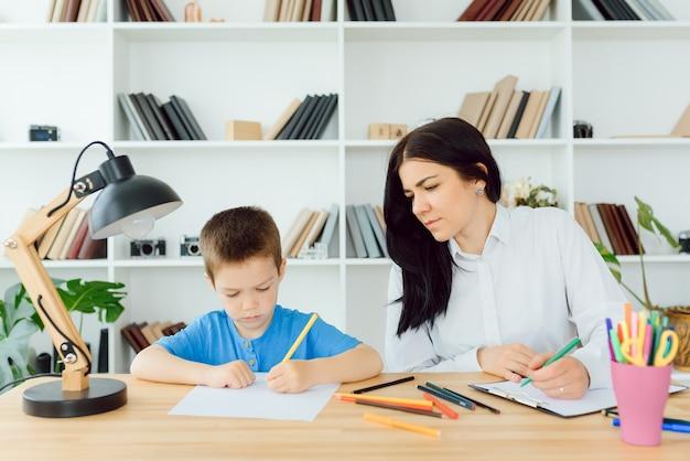 Psycholog dziecięcy pracujący z chłopcem w biurze