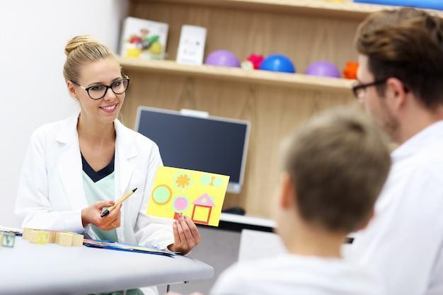 Psycholog dziecięcy pracujący z rodziną w biurze