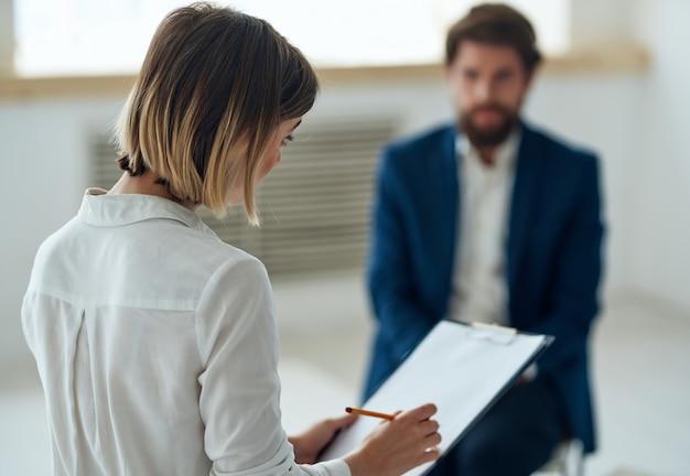 Psycholog kobieta komunikuje się z pacjentem problemami diagnozy depresji pacjentki