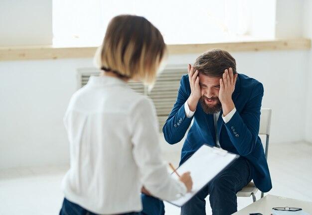 Psycholog kobieta obok mężczyzny pacjenci problemy komunikacyjne terapia stres