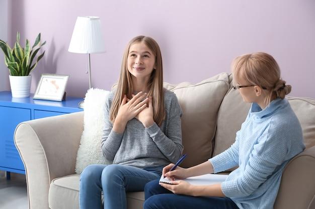 Psycholog kobieta pracująca z nastolatką w biurze