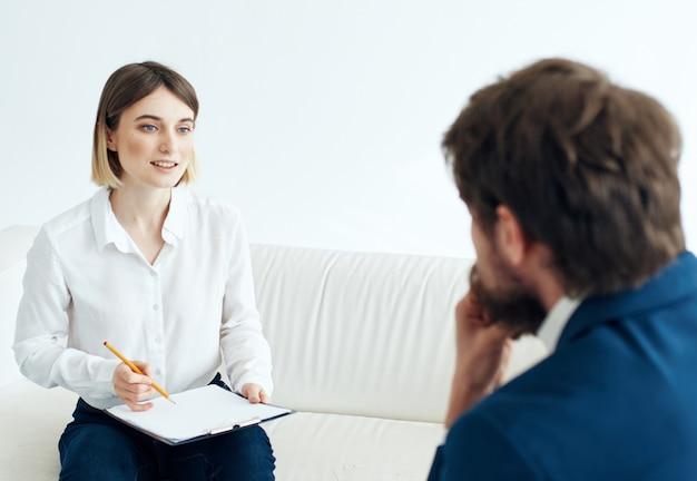 Psycholog kobieta współpracuje z pacjentem pomaga w leczeniu konsultacyjnym
