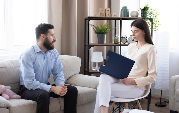 Psycholog odbył sesję z pacjentką w jej prywatnym gabinecie.