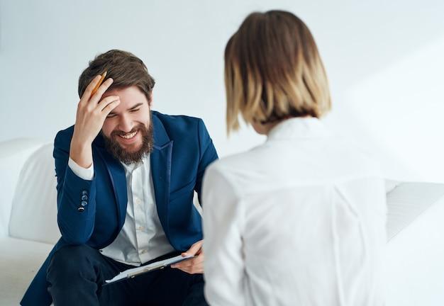 Psycholog płci męskiej komunikuje się z kobietą konsultacja stylu życia pacjenta