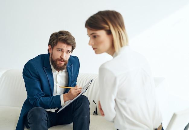 Psycholog płci męskiej obok diagnozy pacjenta badania analizy psychoterapii