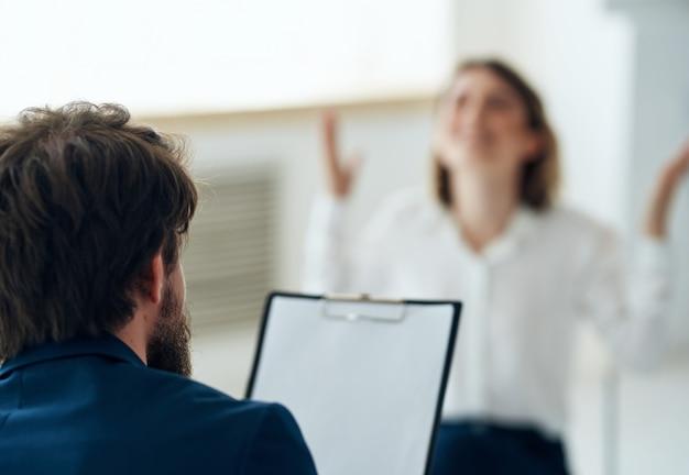 Psycholog płci męskiej obok leczenia pacjentki podczas konsultacji terapeutycznej