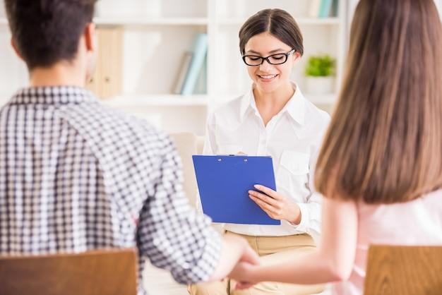 Psycholog pomaga młodej parze.