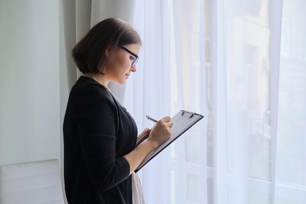 Psycholog pracownika socjalnego robi notatki