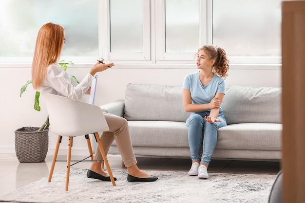 Psycholog pracujący z nastolatką w biurze