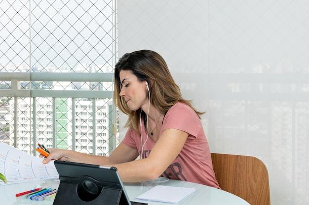 Psycholog przygotowuje się do umówienia wizyty online