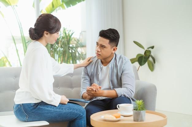 Psychoterapeuta pracuje z młodym człowiekiem w biurze.