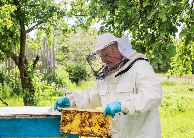 Pszczelarz z pszczołami na zewnątrz